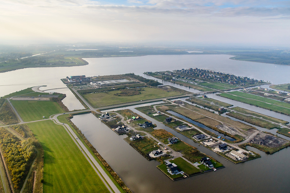 Nederland, Groningen, Oldambt, 04-11-2018; Blauwestad, nieuw aangelegd woongebied inclusief recreatiegebied. Met Oldambtmeer, recreatie en waterberging. Het project Blauwe Stad was oorspronkelijk bedoeld om de economisch achtergebleven regio van Noordoost Groningen een impuls te geven. De economische en huizen crisis gooit echter roet in het eten.<br /> Blauwestad (Blue City) newly constructed residential area, including recreational lake. The Oldambt lake also serves as water storage. The Blue City project is meant to give a boost to the economically backward region of northeast Groningen, but the financial crisis has slowed down real estate developments.<br /> luchtfoto (toeslag op standaard tarieven);<br /> aerial photo (additional fee required);<br /> copyright © foto/photo Siebe Swart