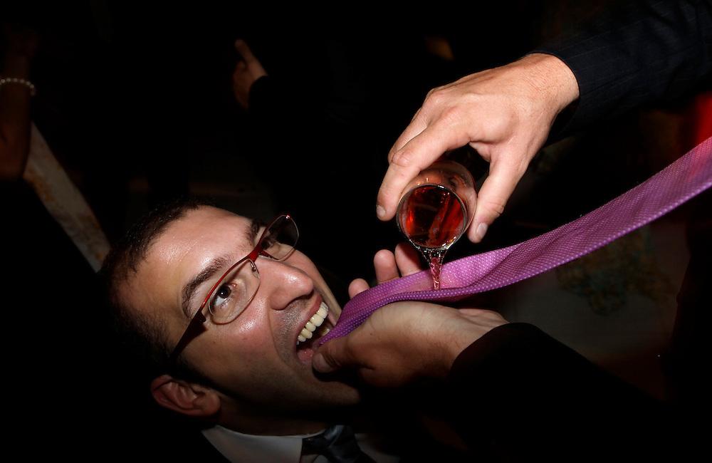 Carpeta 18 Foto 08<br /> Un invitado bebe de la corbata de otro que le sirve vino rosado durante la fiesta de un casamiento en San Bernardino, Paraguay el 28 de abril de 2012. (Jorge Saenz)<br /> <br /> &quot;Todo era una Fiesta&quot;:<br /> Por mas crisis que ataquen la econom&iacute;a publica y privada, la clase alta de Paraguay tal como la de otros pa&iacute;ses, no limita en lo mas m&iacute;nimo su costumbre de festejar las bodas con una gran inversi&oacute;n econ&oacute;mica en los eventos. Este trabajo presentado es parte de uno mas general en desarrollo sobre la sociedad paraguaya llamado &quot;Las Clases&quot; desde hace mas de 10 a&ntilde;os.