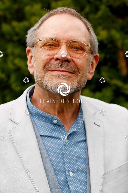 HAARZUILENS - In restaurant 't Wapen werd de DVD box gepresenteerd van 'Kunt u me de weg naar Hamelen vertellen, meneer?'. Met op de foto  Rob de Nijs. FOTO LEVIN DEN BOER - PERSFOTO.NU