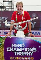 BHUBANESWAR  (INDIA) -  Richard Stainthorpe (FIH).The Trophy. Prize  Champions Trophy Hockey.   Photo KOEN SUYK