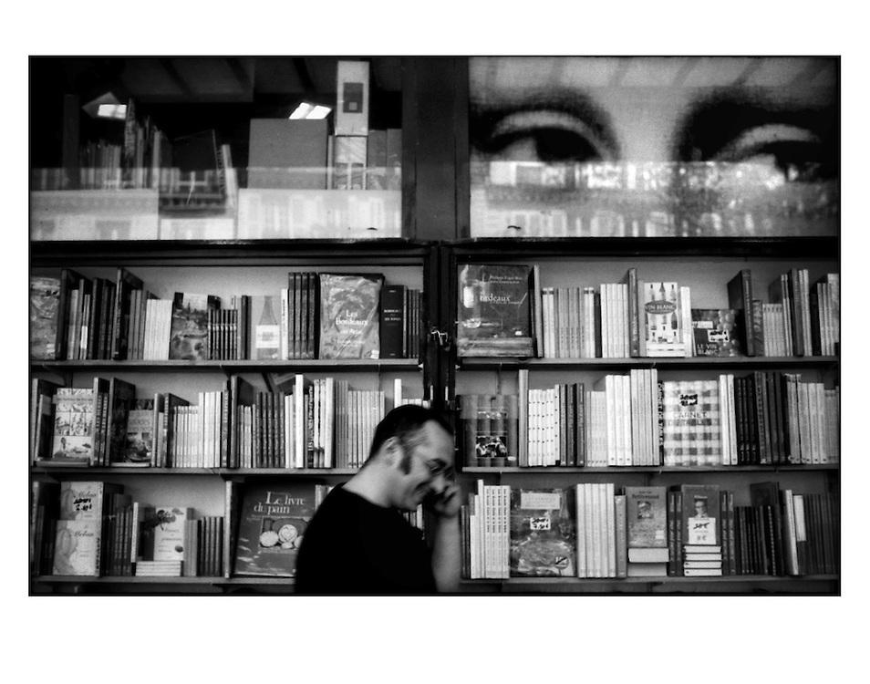 Autor de la Obra: Aaron Sosa<br /> T&iacute;tulo: &ldquo;Serie: Ambiguedades Parisinas&rdquo;<br /> Lugar: Par&iacute;s - Francia<br /> A&ntilde;o de Creaci&oacute;n: 2008<br /> T&eacute;cnica: Captura digital en RAW impresa en papel 100% algod&oacute;n Ilford Galer&iacute;e Prestige Silk 310gsm<br /> Medidas de la fotograf&iacute;a: 33,3 x 22,3 cms<br /> Medidas del soporte: 45 x 35 cms<br /> Observaciones: Cada obra esta debidamente firmada e identificada con &ldquo;grafito &ndash; material libre de acidez&rdquo; en la parte posterior. Tanto en la fotograf&iacute;a como en el soporte. La fotograf&iacute;a se fij&oacute; al cart&oacute;n con esquineros libres de &aacute;cido para as&iacute; evitar usar alg&uacute;n pegamento contaminante.<br /> <br /> Precio: Consultar<br /> Envios a nivel nacional  e internacional.