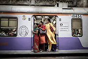 The traffic is so dense in the big Indian cities, as here in Mumbai, that the doors of the trains remain open, to accelerate the ascent and descent, but also to let the travelers breathe. Recently, some cars are reserved for women. One way to guard against walking hands, in a country where sexual assault is a scourge.