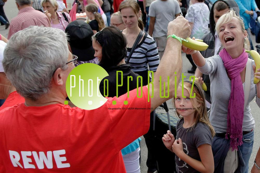 Mannheim. Maimarktgel&permil;nde. REWE Family Das Sommerfest. Der Groflhandelsmarkt f&cedil;r Lebensmittel veranstaltet ein Familienfest mit Showprogramm.<br /> <br /> Bild: Markus Proflwitz / masterpress /   *** Local Caption *** masterpress Mannheim - Pressefotoagentur<br /> Markus Proflwitz<br /> C8, 12-13<br /> 68159 MANNHEIM<br /> +49 621 33 93 93 60<br /> info@masterpress.org<br /> Dresdner Bank<br /> BLZ 67080050 / KTO 0650687000<br /> DE221362249