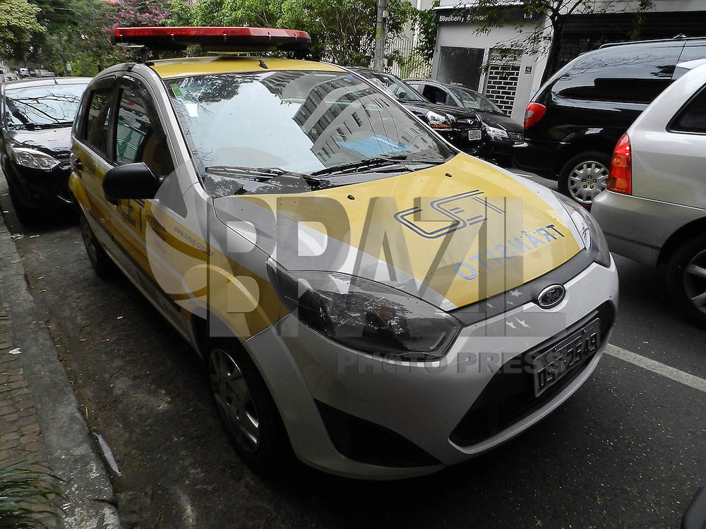 SAO PAULO, SP,  16 DE MAIO DE 2013 - CENA DO DIA -  Carro do CET-SP estacionado sem cartão de zona azul e de forma irregular, na Al. Franca, 1354 - Jardins, na tarde desta quinta-feira (16) às 15:40hs. FOTO: MAURICIO CAMARGO / BRAZIL PHOTO PRESS.