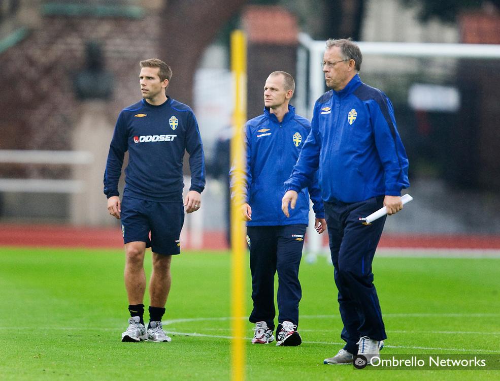 STOCKHOLM 080903<br /> FOTBOLLSLANDSLAGET TR&Auml;NAR P&Aring; STOCKHOLMS STADION<br /> I bild: Anders Svensson, l&auml;kare och Lars Lagerb&auml;ck.