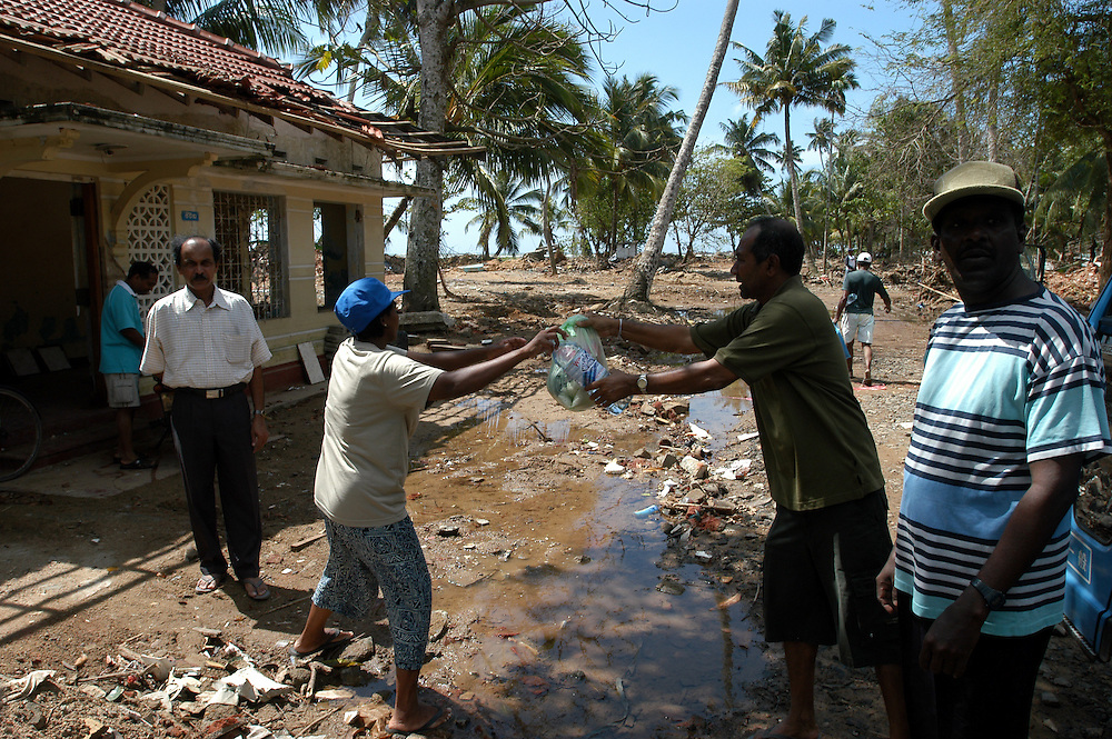 Private citizens organize a food distribution in the fishing village of Thotamuna, near Matara. The village was entirely leveled and nearly all of the fishermen lost their boats, nets and livelihoods in addition to their homes and family members..Thotamuna, Sri Lanka. 22/01/2005.Photo © J.B. Russell