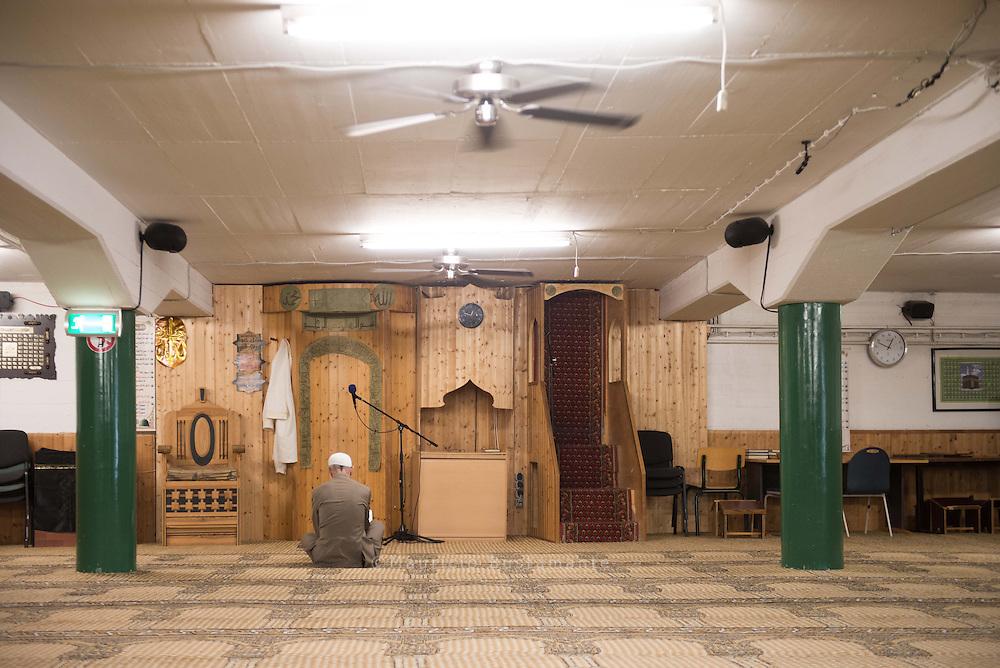 Beten in der Tiefgarage eines Bürogebäudes