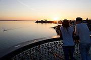 Blick vom Moleturm bei Sonnenuntergang, Friedrichshafen, Bodensee, Baden-Württemberg, Deutschland
