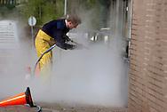 Foto: Gerrit de Heus. Zoetermeer. Mei 2002. Grote schoonmaak, een muur wordt schoongespoten.