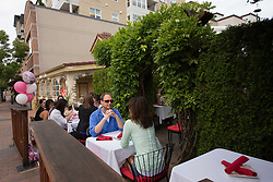 United States, Washington, Bellevue, outdoor dining along Main Street in Old Bellevue