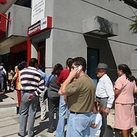 Oaxaca, Oax.- Cuenta-habientes bancarios hacen largas filas al anunciarse el cierre de las sucursales en el estado de Oaxaca, hasta que se restablezca el clima de seguridad. Agencia MVT / Mario Vazquez de la Torre. (DIGITAL)<br /> <br /> <br /> <br /> NO ARCHIVAR - NO ARCHIVE