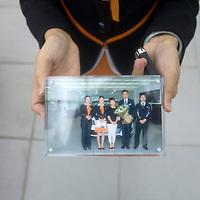 """CHENGDU, 10/17/2012 :  eine Audiangestellte zeigt ein Foto, das Geschaeftsfrau Yang Xi  zum Schluss der """"Kaufzeremonie"""" ueberreicht wird."""