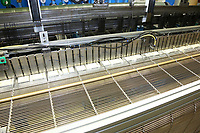 D&uuml;ren. 15.03.17 | BILD- ID 030 |<br /> GKD - Gebr. Kufferath AG. Metallfassade f&uuml;r die Neue Mannheimer Kunsthalle.<br /> Das Unternehmen in D&uuml;ren produziert Fassaden f&uuml;r die Architektur aus Metall. Ein gewebtes Metallgitter wird von Aussen an die Fassade montiert. <br /> Kunsthallendirektorin Dr. Ulrike Lorenz besucht das Unternehmen in D&uuml;ren und freut sich &uuml;ber die technische Umsetzung mit einer speziell goldenen Pigmentierung der Edelstahlstreben.<br /> Bild: Markus Prosswitz 15MAR17 / masterpress (Bild ist honorarpflichtig - No Model Release!)