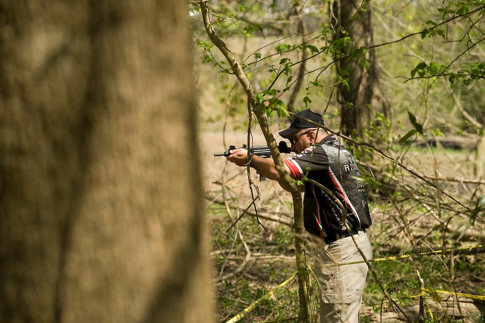 Die Maschinengewehr und Waffen Show in Knob Creek, Luisville, Kentucky, USA, ist die groesste seiner Art in Nordamerika. An drei Schiessstaenden werden Waffen aller Art abgefeuert, vor allem Schnellfeuergewehre. Auch Kinder duerfen hier das Schiessen mit dem Maschinengewehr ueben. Im Angebot ist auch ein Jungle Walk, auf welchem je ein Teilnehmer mit einer Uzi auf im Wald versteckte Metallscheiben schiesst..Bild: Tony Holmes auf dem Jungle Walk. Er schiesst mit einer Uzi und darf nur auf Metallscheiben schiessen, welche versteckt im Wald aufgehaengt sind. .