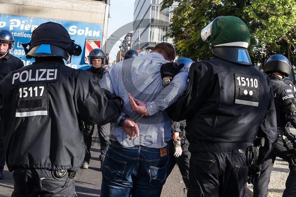 Polizisten führen während der 1. Welle der Blockupy Proteste am 02.09.2016 in Berlin, Deutschland einen Demonstrationsteilnehmer in Handschellen ab. Das Bündnis versuchte das Ministerium für Arbeit und Soziales zu blockieren um gegen die Politik der Verarmung, Ausgrenzung und sozialen Spaltung zu protestieren. Foto: Markus Heine / heineimaging