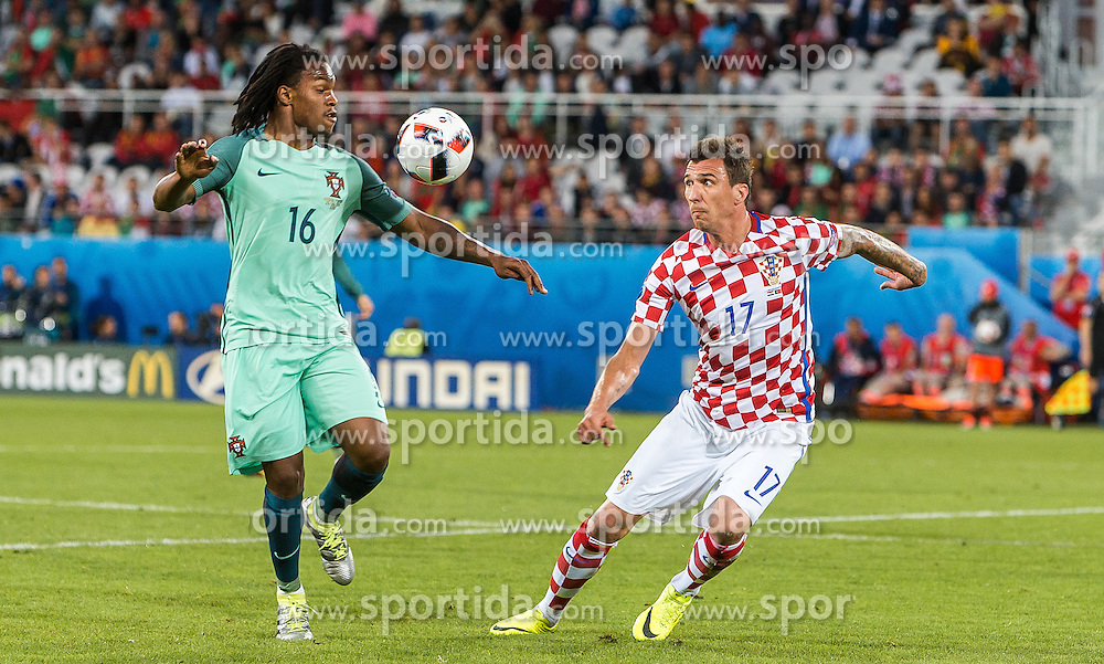 25.06.2016, Stade Bollaert Delelis, Lens, FRA, UEFA Euro 2016, Kroatien vs Portugal, Achtelfinale, im Bild Renato Sanches (POR), Mario Mandzukic (CRO) // Renato Sanches (POR) Mario Mandzukic (CRO) during round of 16 match between Croatia and Portugal of the UEFA EURO 2016 France at the Stade Bollaert Delelis in Lens, France on 2016/06/25. EXPA Pictures © 2016, PhotoCredit: EXPA/ JFK