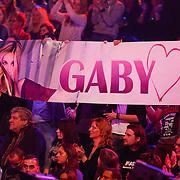 NLD/Hilversum/20130202 - 6de liveshow Sterren Dansen op het IJs 2013, fans met spandoek Gaby Blaaser