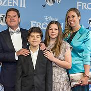 NLD/Amsterdam/20191116 - Filmpremiere Frozen II, Martijn Krabbe met zijn kinderen en partner Deborah Wietzes