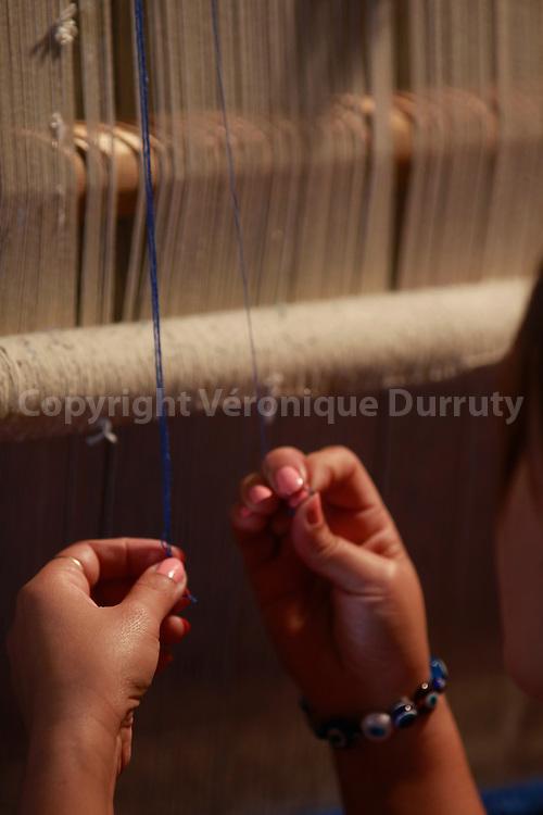 Women making a carpet, Samarkand, Uzbekiqtan // Femmes realisant un tapis, Samarcande, Ouzbekistan