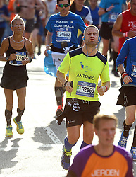 01-11-2015 USA: NYC Marathon We Run 2 Change Diabetes day 4, New York<br /> De dag van de marathon, 42 km en 195 meter door de straten van Staten Island, Brooklyn, Queens, The Bronx en Manhattan / Antonio