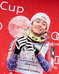 18.03.2018, Aare, SWE, FIS Weltcup Ski Alpin, Finale, Aare, Gesamt Weltcup, Damen, Siegerehrung, im Bild Mikaela Shiffrin (USA, Riesenslalom Weltcup 3. Platz, Slalom Weltcup und Gesamt Weltcup 1. Platz) mit der grossen Kristallkugel // Overall World Cup winner Slalom World Cup winner and Giant Slalom World Cup third placed Mikaela Shiffrin of the USA present her crystal globe during the allover winner Ceremony for the ladie's Worlcup of FIS Ski Alpine World Cup finals in Aare, Sweden on 2018/03/18. EXPA Pictures © 2018, PhotoCredit: EXPA/ Johann Groder