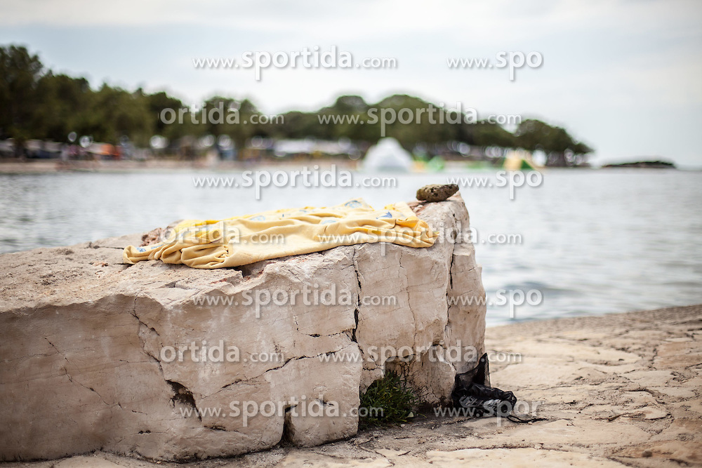 THEMENBILD - URLAUB IN KROATIEN, ein Badehandtuch am Strand, aufgenommen am 02.07.2014 in Vrsar, Kroatien // a towel on beach in Vrsar, Croatia on 2014/07/02. EXPA Pictures © 2014, PhotoCredit: EXPA/ JFK