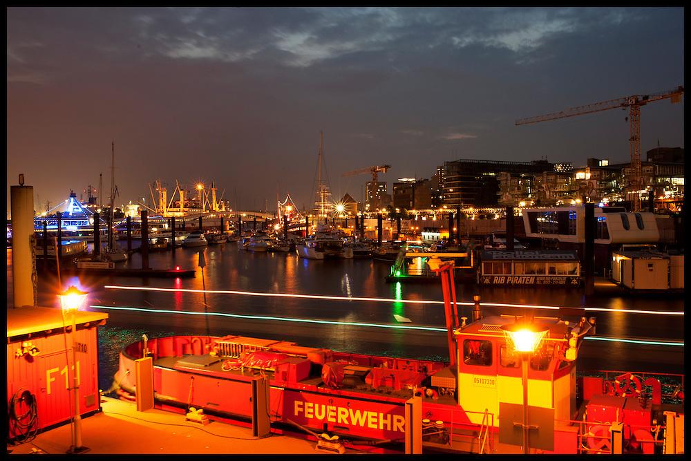 Blick von der Elbpromenade auf den Sporthafen und den Sonnenuntergang<br /> <br /> *** Sunset at the Port in Hamburg, Germany ***