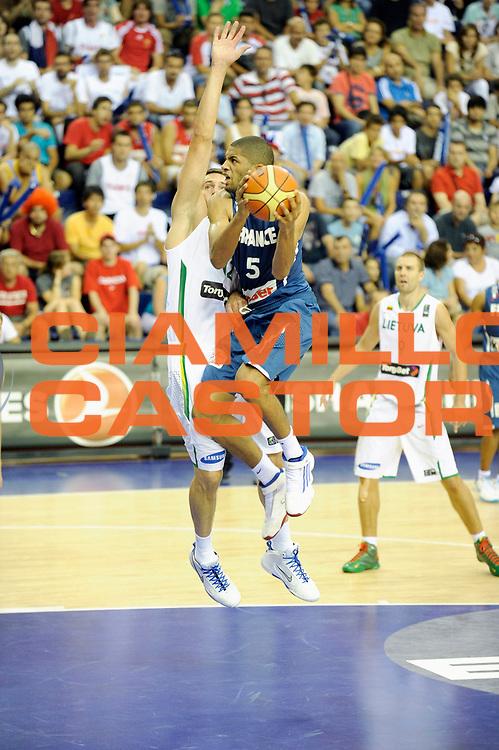 DESCRIZIONE : Championnat Du Monde 2010 Turquie Izmir Tour Preliminaire <br /> GIOCATORE : Batum Nicolas<br /> SQUADRA : France <br /> EVENTO : Championnat du monde 2010<br /> GARA : France Lithuanie<br /> DATA : 1/09/2010<br /> CATEGORIA : Basketball Action Homme<br /> SPORT : Basketball<br /> AUTORE : JF Molliere FFBB par Agenzia Ciamillo-Castoria <br /> Galleria : France Basket Championnat du monde 2010<br /> Fotonotizia : Championnat du monde Turquie Izmir Tour Preliminaire Jour 6 <br /> Predefinita :