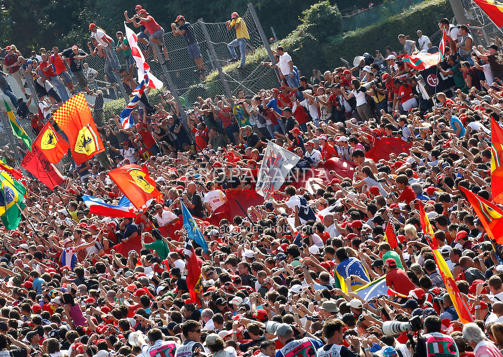 Motorsports / Formula 1: World Championship 2010, GP of Italy, fans on track