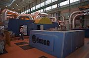Temelin/Tschechische Republik, Tschechien, CZE, 25.06.2004: Ein Mitarbeiter des Atomkraftwerks Temelin in einem der Dampfturbinenr&auml;ume. Im Sekund&auml;rkreislauf wird die W&auml;rmeenergie des Dampfes in elektrische Energie umgewandelt. Das Kernkraftwerk steht 24 Km von der Stadt Ceske Budejovice entfernt.<br /> <br /> Temelin/Czech Republic, CZE, 25.06.2004: Employee of the Nuclear Power Station Temelin in the hall with one of the steam turbines. The Nuclear Power Plant Temelin is located, approximately 24 km from the town of Ceske Budejovice.