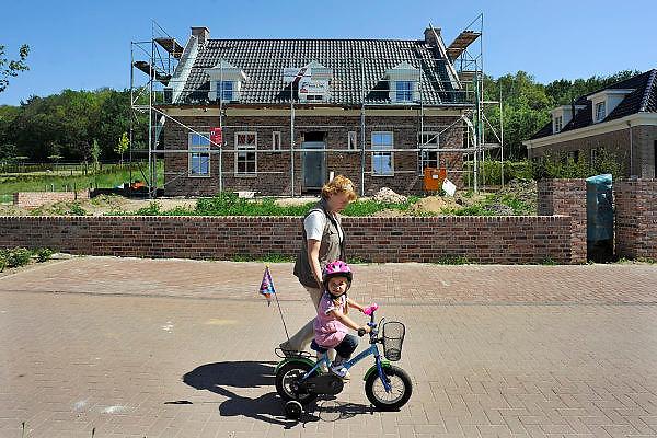 Duitsland, Elten, 15-6-2010In Elten, gemeente Emmerich vlak over de grens bij Arnhem en Zevenaar, staan vele nieuwe huizen die gebouwd of bewoond zijn door nederlanders. Nederlandse makelaars zijn aktief in deze markt. Duitsers klagen over de gebrekkige integratie, deelname aan het maatschappelijke en sociale leven, van de Hollanders. Verschillenden hebben hun huis alweer verkocht en zijn teruggegaan. Ook vinden er nogal wat echtscheidingen plaats. Het bouwen van een huis en de bouwkavel zijn goedkoper als in Nederland.Foto: Flip Franssen/Hollandse Hoogte