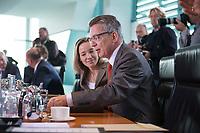 11 SEP 2013, BERLIN/GERMANY:<br /> Thomas de Maiziere, CDU, Bundesverteidigungsminister, im Gespraech, vor Beginn der Kabinettsitzung, Bundeskanzleramt<br /> IMAGE: 20130911-01-018<br /> KEYWORDS: Kabinett, Sitzung, Thomas de Maizière