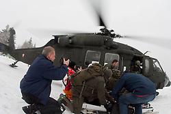 26.02.2010, Faschingalm, Lienz, AUT, Bundesheer Lawinenübung, im Bild ein begehrtes Motiv für die Presse die eingeflogen wurde, der S 70 Black Hawk, des österreichischen Bundesheeres, EXPA Pictures © 2010, PhotoCredit: EXPA/ J. Feichter