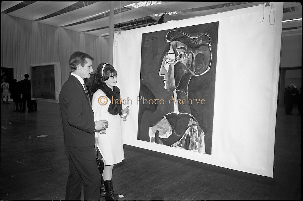11/11/1967<br /> 11/11/1967<br /> 11 November 1967<br /> Press preview of ROSC 1967 Exhibition at the R.D.S.,  Picasso's &quot;Grand Profil 1963&quot; being viewed by Mr. and Mrs Michael Graham of Dublin, at the preview of the exhibition.