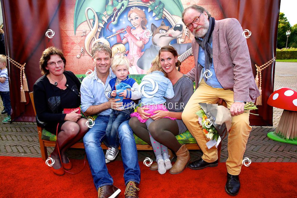 KAATSHEUVEL - In het familie pretpark de Efteling is de premiere van het nieuwe Sprookjesboom de Musical. Met hier op de foto v.l.n.r. Ricky van der Steen, Rein Kolpa, Sam Kolpa (op schoot), Fleur Terpstra (meisje wat omgedraaid zit), Marjolein Remmers, Hein Remmers. FOTO LEVIN DEN BOER - PERSFOTO.NU