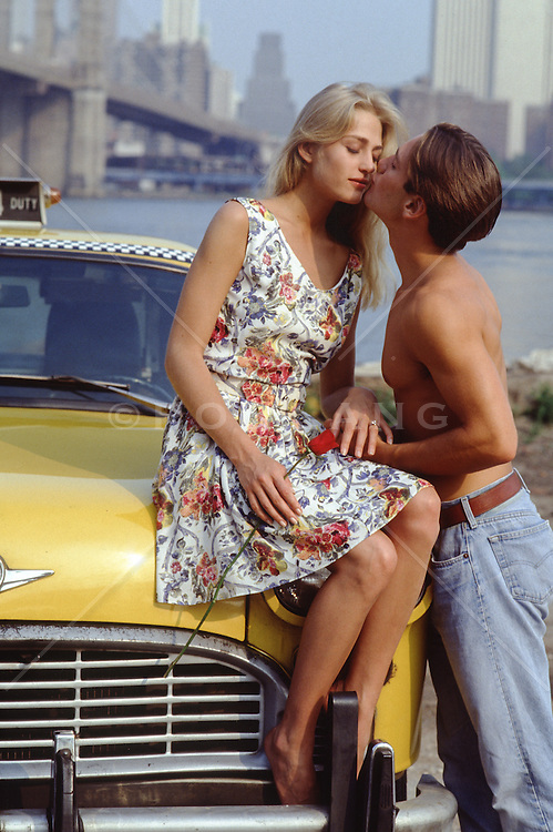 couple kissing in New York City