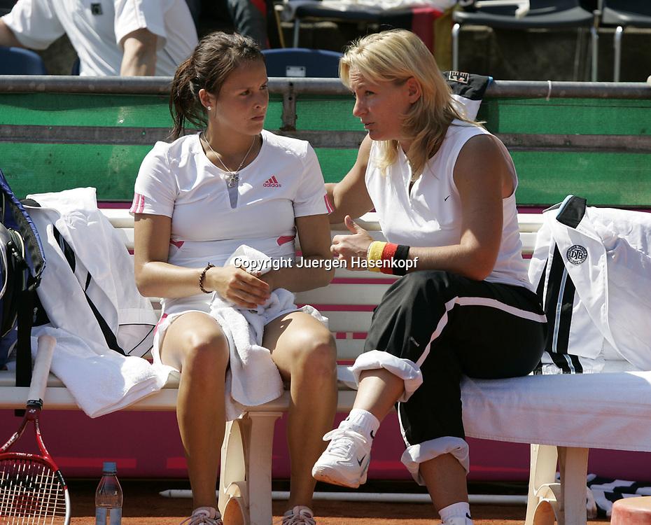 Fed Cup Germany - Croatia , ITF Damen Tennis Turnier in Fuerth, Wettbewerb der Mannschaft von Deutschland gegen Kroatien, Einzel, Kapitaen Barbara Rittner spricht mitTatjana Malek (GER) waehrend der Spielpause.<br /> Foto: Juergen Hasenkopf<br /> B a n k v e r b.  S S P K  M u e n ch e n, <br /> BLZ. 70150000, Kto. 10-210359,<br /> +++ Veroeffentlichung nur gegen Honorar nach MFM,<br /> Namensnennung und Belegexemplar. Inhaltsveraendernde Manipulation des Fotos nur nach ausdruecklicher Genehmigung durch den Fotografen.<br /> Persoenlichkeitsrechte oder Model Release Vertraege der abgebildeten Personen sind nicht vorhanden.