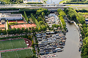 Nederland, Amsterdam, Amsterdam-West, 27-09-2015. woonarken in het water van De Schinkel ter hoogte van IJsbaanpad. Sportpark De Schinkel, Tennispark IJsbaanpad. Ring A10-West.<br /> Houseboats near ring road A10 Ring West. <br /> luchtfoto (toeslag op standard tarieven);<br /> aerial photo (additional fee required);<br /> copyright foto/photo Siebe Swart