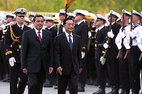2004, BERLIN/GERMANY:<br /> Gerhard Schroeder (L), SPD, Bundeskanzler, und Wen Jiabao (R), Ministerpraesident VR China, schreiten die zur Begruessung des Staatsgastes angetretene Front des Wachbataillon der Bundeswehr ab, Ehrenhof, Bundeskanzleramt<br /> Gerhard Schroeder (L), Federal Chancellor of Germany, and Wen Jiabao (R), Minister President of the People´s Republic China, are walking along the front of theguard battalion, in Front of the chancellory <br /> IMAGE: 20040503-02-016<br /> KEYWORDS: Gerhard Schröder