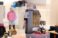In der Einrichtung StützPunkt, die sich in direkter Nähe zum Hauptbahnhof befindet, können obdachlose Menschen in der Hamburger Innenstadt tagsüber ihr Gepäck in einem Schließfach kostenlos lagern, um persönliche Angelegenheiten wie die Wohnungs- oder Arbeitssuche besser regeln zu können.