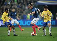 FUSSBALL   INTERNATIONAL   Testspiel   09.02.2011 Frankreich  - Brasilien Philippe MEXES (Mitte, Frankreich)  umdribbelt Alexandre PATO (re, Brasilien) und ROBINHO (li, Brasilien)