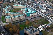 Nederland, Brabant, Helmond, 15-11-2010. Centrum van de stad, met diagonaal de Kasteel Traverse, entree tot de stad en visitekaartje. Links Frans Joseph van Tielpark met naast luxe appartementen het Gemeentehuis en voorzieningen als bioskoop (kopergroene daken). Onder in beeld op het kasteelplein het Gemeentemuseum Helmond met Zuid-Willemvaart.Center of the city, with Castle Traverse (entrance to the city), Frans Joseph van Tiel Park (green copper roofs) and the Castle courtyard with museum Helmond..luchtfoto (toeslag), aerial photo (additional fee required).foto/photo Siebe Swart