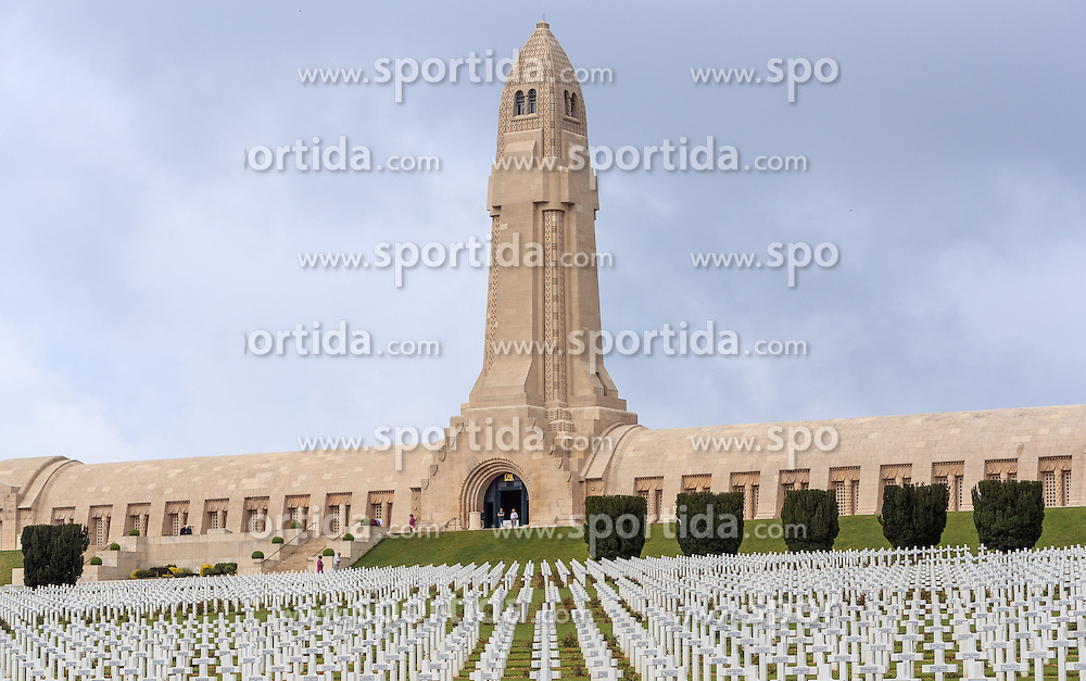 08.06.2016, Verdun, FRA, auf dem Schlachtfeld des Ersten Weltkriegs, Verdun, im Bild das Beinhaus Ossuaire de Douaumont zum Gedenken an die Schlacht von Verdun // the Douaumont ossuary and graves. It is a memorial containing the remains of soldiers who died on the battlefield during the Battle of Verdun in World War I in Verdun, France on 2016/06/08. EXPA Pictures © 2016, PhotoCredit: EXPA/ JFK