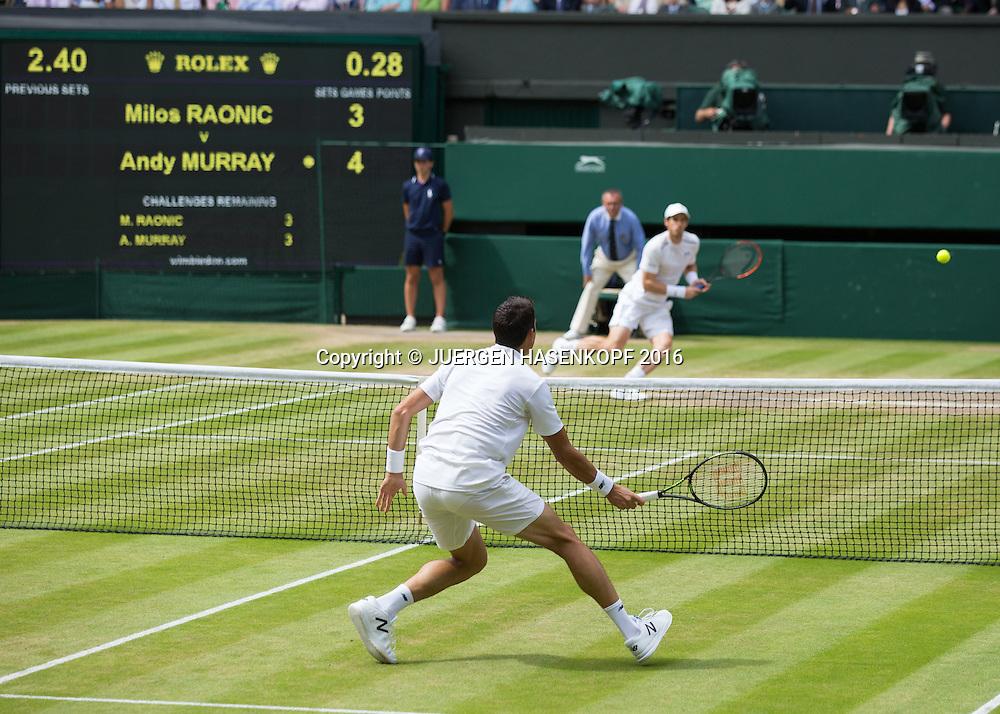 MILOS RAONIC (CAN) geht ans Netz zum Volley, Andy Murray an der Grundlinie,Herren Endspiel, Finale <br /> <br /> <br /> Tennis - Wimbledon 2016 - Grand Slam ITF / ATP / WTA -  AELTC - London -  - Great Britain  - 10 July 2016.