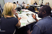Nederland, the Netherlands, Nijmegen, 13-9-2006Bij het ROC leren nieuwe nederlanders, allochtonen, het voor de inburgering verplichte Nederlands.Refugees, migrants, asylumseekers, learning the Dutch language  in a classroom.Foto: Flip Franssen/Hollandse Hoogte