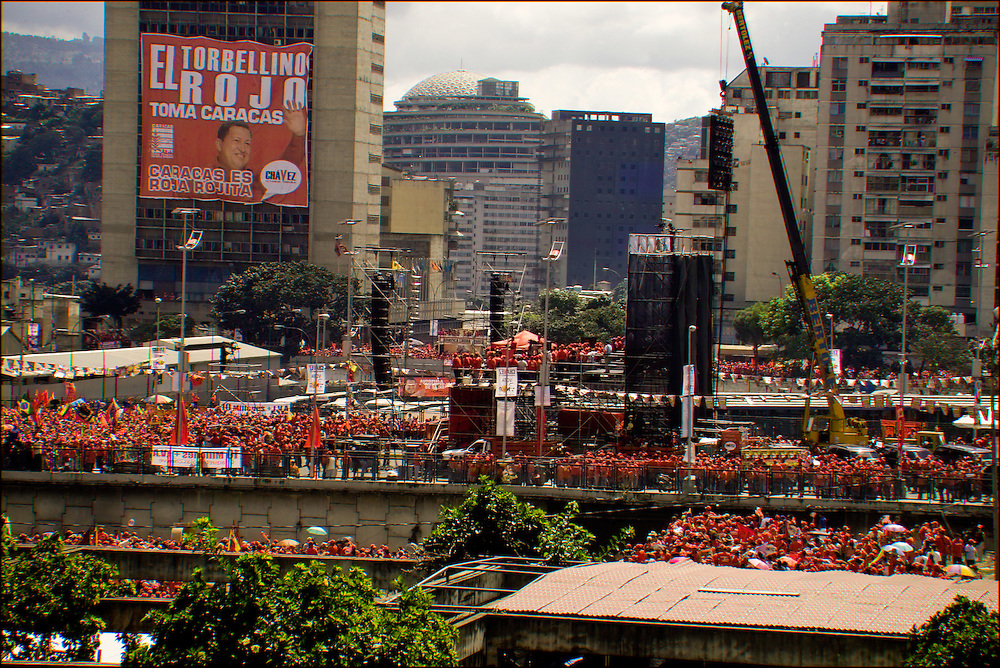 CONCETRACION DE SIMPATIZANTES DE HUGO CHAVEZ / CONCENTRATION OF SUPPORTERS OF HUGO CHAVEZ<br /> Photography by Aaron Sosa<br /> Caracas - Venezuela 2006<br /> (Copyright © Aaron Sosa)