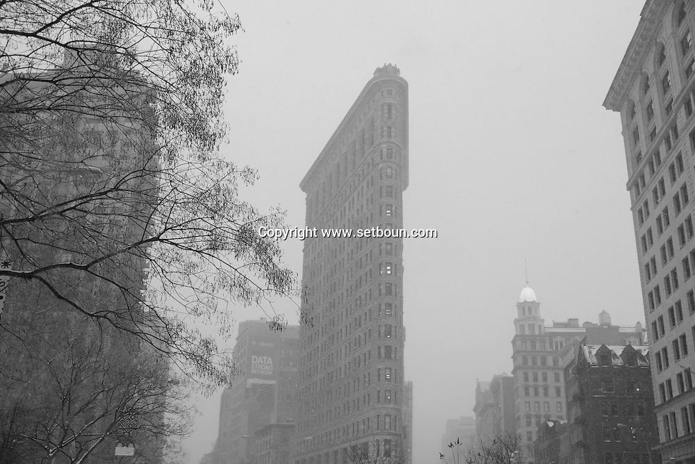 New York, The Flatiron building    on 23rd street and fifth avenue  at night / Flatiron building.  sur la cinquieme avenue et la 23 em rue