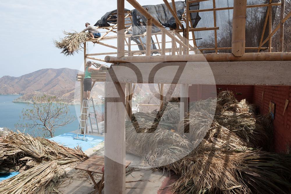 KOLUMBIEN - TAGANGA - Bauarbeiter decken das Dach mit Palmblätter auf der Baustelle vom Hostel Casa Horizonte - 25. April 2014 © Raphael Hünerfauth - http://huenerfauth.ch