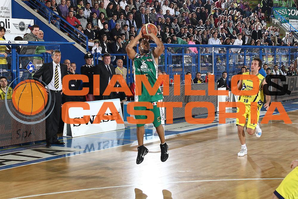 DESCRIZIONE : Porto San Giorgio Lega A 2009-10 Sigma Coatings Montegranaro Montepaschi Siena<br /> GIOCATORE : Terrell Mc Intyre<br /> SQUADRA : Montepaschi Siena<br /> EVENTO : Campionato Lega A 2009-2010 <br /> GARA : Sigma Coatings Montegranaro Montepaschi Siena<br /> DATA : 18/04/2010<br /> CATEGORIA : tiro<br /> SPORT : Pallacanestro <br /> AUTORE : Agenzia Ciamillo-Castoria/C.De Massis<br /> Galleria : Lega Basket A 2009-2010 <br /> Fotonotizia : Porto San Giorgio Lega A 2009-10 Sigma Coatings Montegranaro Montepaschi Siena<br /> Predefinita :