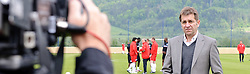 19.05.2010, Arena, Irdning, AUT, FIFA Worldcup Vorbereitung, Training England, im Bild ein Feature mit einem Reporter, EXPA Pictures © 2010, PhotoCredit: EXPA/ S. Zangrando / SPORTIDA PHOTO AGENCY
